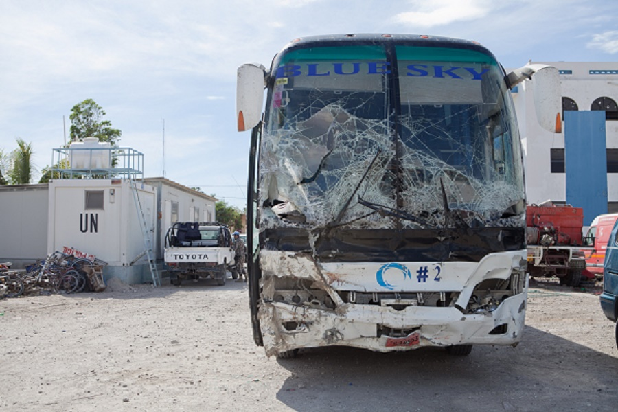 UUT Autobusas Haitis Aukos  Haityje autobusas rëþësi á þmonø minià, þuvo 37 asmenys. EPA-ELTA nuotr. Port o Prensas, kovo 13 d. (ELTA). Haityje autobusas rëþësi á þmoniø minià. Per incidentà þuvo 37 asmenys ir dar 12 buvo suþeisti. RS