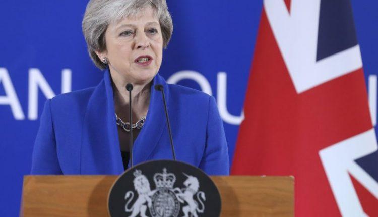 """May gali atidėti gruodžio 11-ąją planuojamą balsavimą dėl """"Brexit"""" – britų spauda"""