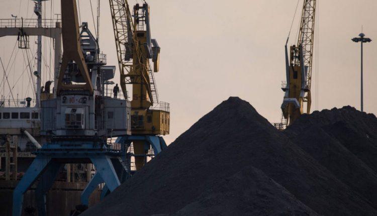 Pietų Korėja keturis asmenis apkaltino nelegaliu anglių iš Šiaurės Korėjos importu